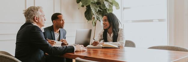 Szczęśliwi ludzie biznesu rozmawiają na spotkaniu