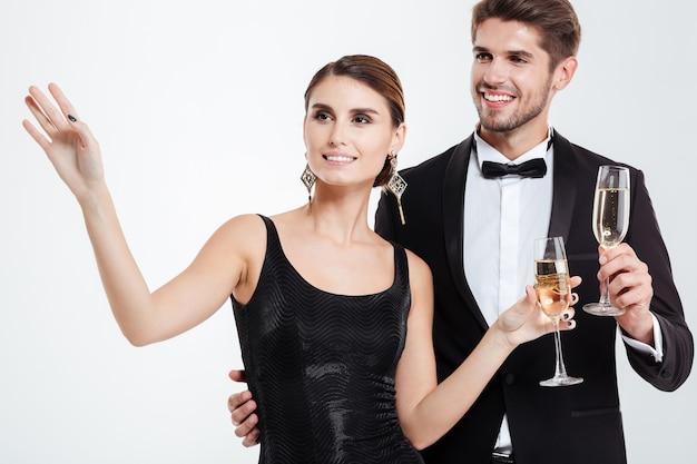 Szczęśliwi ludzie biznesu z szampanem