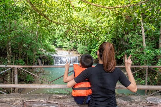 Szczęśliwi ludzie podróżują w lesie deszczowym