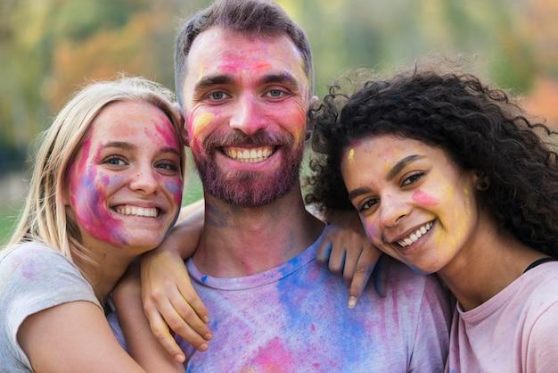 Szczęśliwi ludzie pozuje przy festiwalem