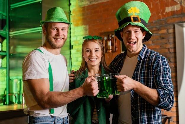 Szczęśliwi ludzie świętują św. patrick's day w barze