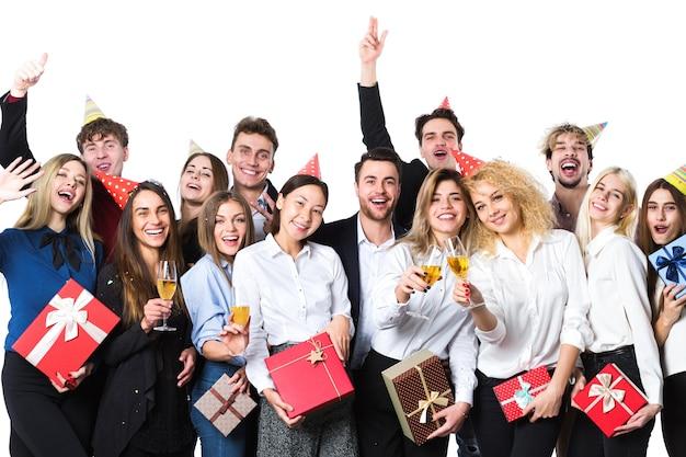 Szczęśliwi ludzie świętują wakacje z szampanem. koncepcja wakacje.