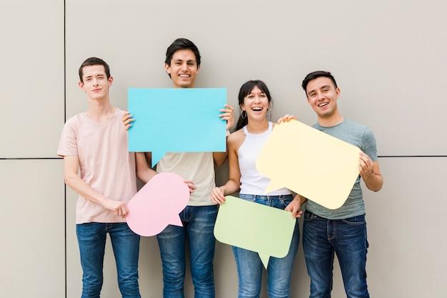 Szczęśliwi ludzie trzyma mowa bąble
