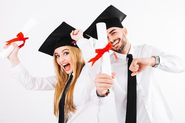 Szczęśliwi ludzie z okazji ukończenia szkoły