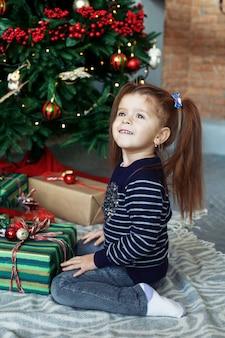 Szczęśliwi małej dziewczynki otwarcia prezenty.