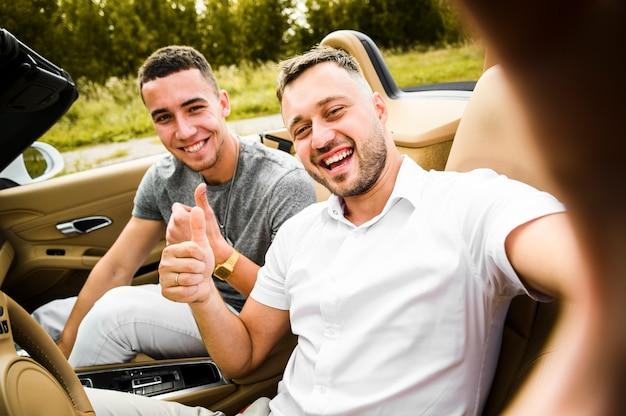 Szczęśliwi mężczyźni biorący selfie
