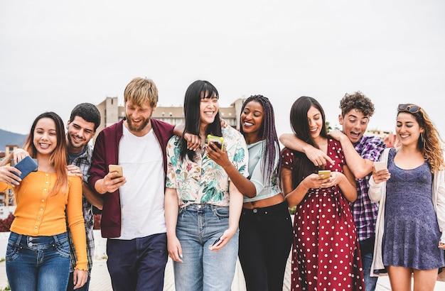 Szczęśliwi milenialsi przyjaciele chodzą razem poza uniwersytetem