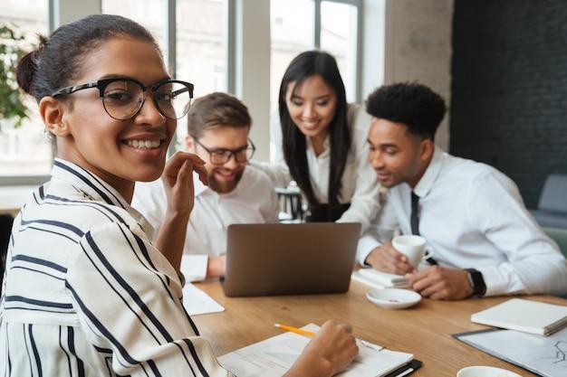 Szczęśliwi młodzi biznesowi koledzy indoors