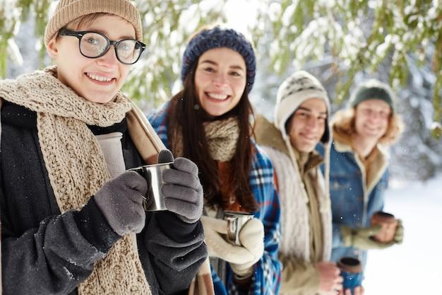 Szczęśliwi młodzi ludzie na ferie zimowe