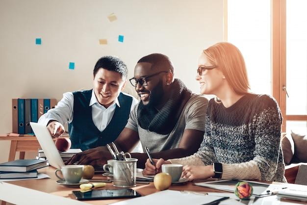 Szczęśliwi młodzi ludzie planuje strategię marketingową.