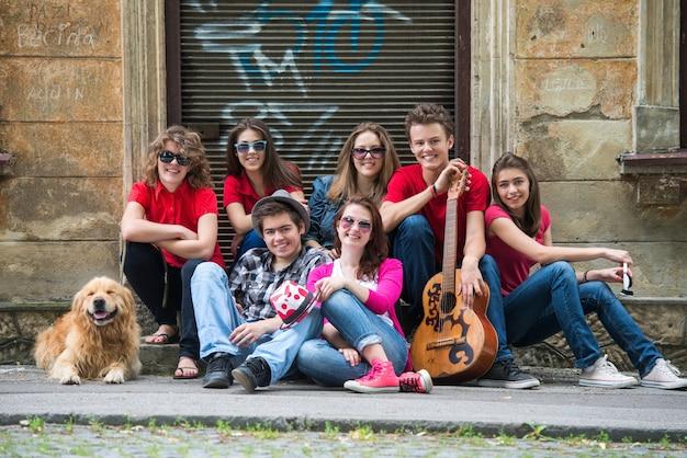Szczęśliwi Młodzi Ludzie Siedzieć Premium Zdjęcia