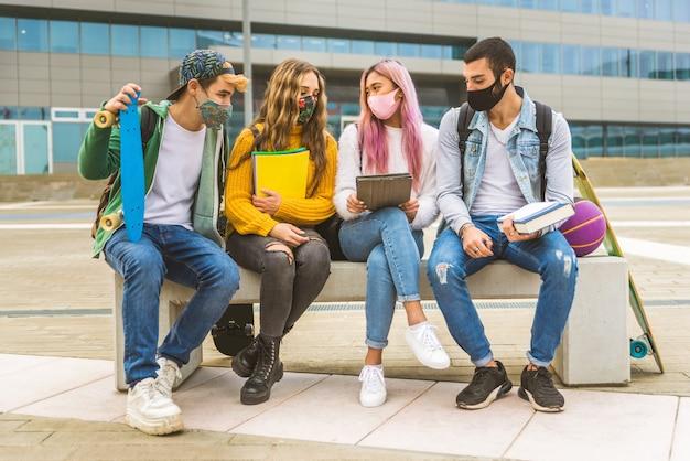 Szczęśliwi młodzi ludzie spotykający się na zewnątrz