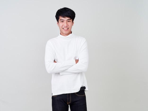 Szczęśliwi młodzi mężczyźni noszą swetry