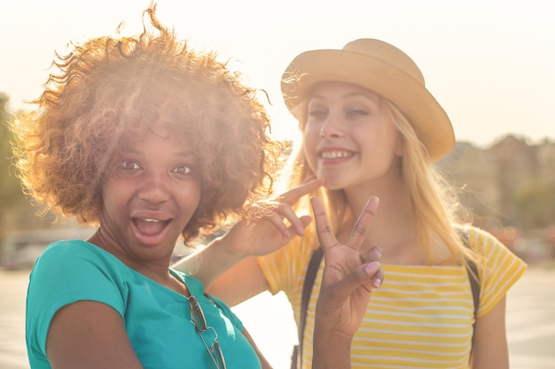 Szczęśliwi młodzi przyjaciele