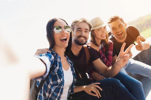 Szczęśliwi młodzi turyści mają wycieczkę zrób zdjęcie.