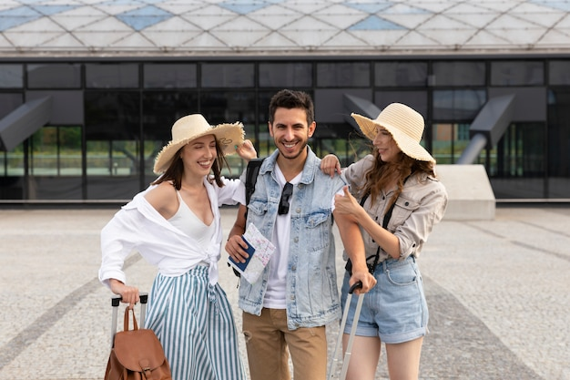 Szczęśliwi młodzi turyści na dworcu