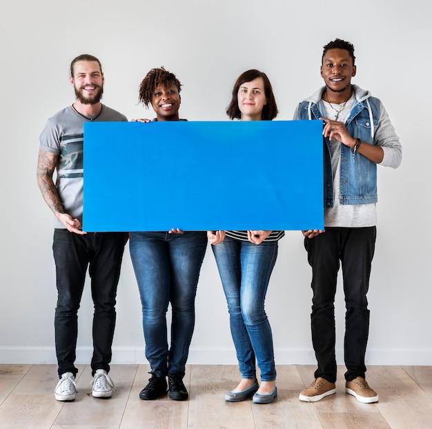 Szczęśliwi multiracial ludzie trzyma copyspace mowy bąbel