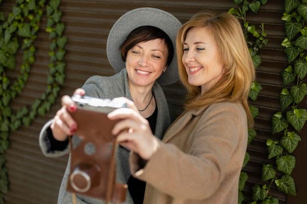 Szczęśliwi najlepsi przyjaciele w średnim wieku spędzają razem czas w mieście