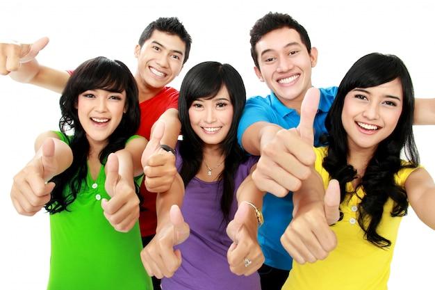 Szczęśliwi podekscytowani uśmiechnięci przyjaciele