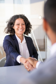 Szczęśliwi pomyślni biznesowi koledzy spotyka outside