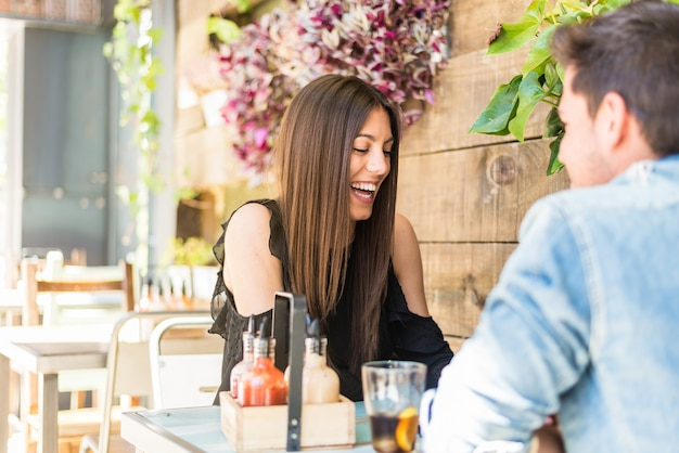 Szczęśliwi potomstwa dobierają się miejsca siedzące w restauraci