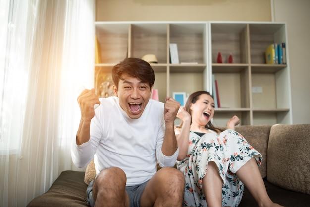 Szczęśliwi potomstwa dobierają się relaksować tv w żywym pokoju i oglądać