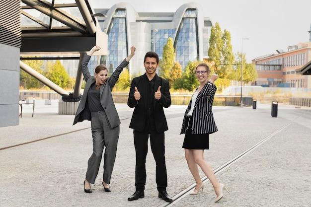 Szczęśliwi pracownicy zespołu świętuje sukces