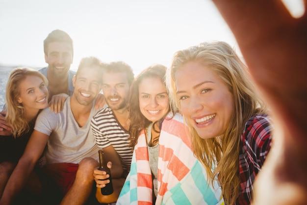 Szczęśliwi przyjaciele bierze selfie z smartphone