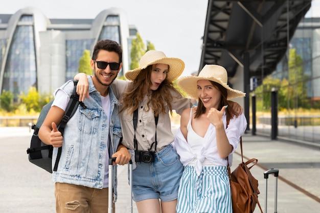 Szczęśliwi przyjaciele jadą na wakacje