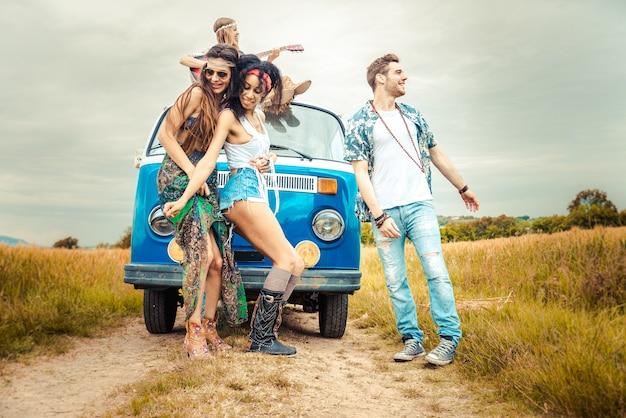 Szczęśliwi przyjaciele jedzie rocznika furgonetkę
