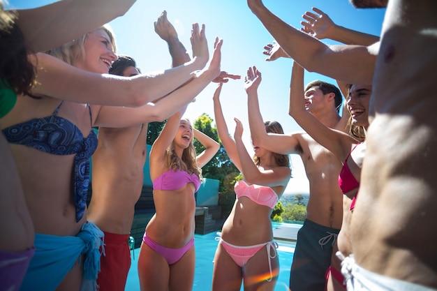 Szczęśliwi przyjaciele korzystający z basenu