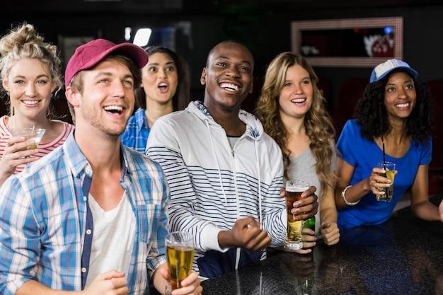 Szczęśliwi przyjaciele oglądają sport