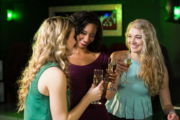 Szczęśliwi przyjaciele pije szampana