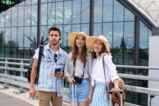 Szczęśliwi przyjaciele podróżujący z bagażem