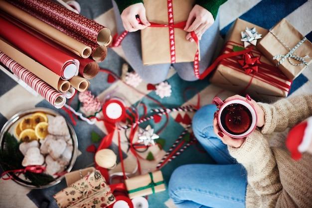 Szczęśliwi przyjaciele przygotowują prezenty na boże narodzenie