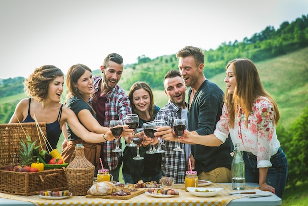 Szczęśliwi przyjaciele robi grillowi outdoors