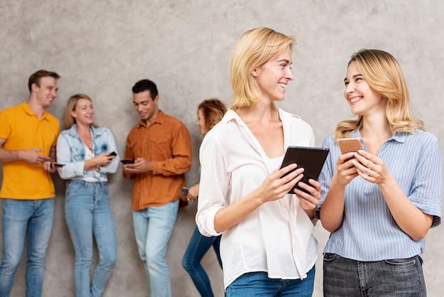 Szczęśliwi przyjaciele rozmawiają ze sobą