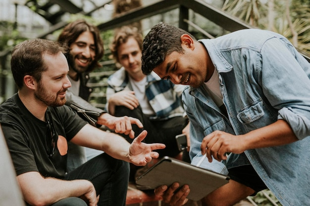 Szczęśliwi przyjaciele rozmawiający ze sobą, zdjęcie stockowe w ogrodzie botanicznym