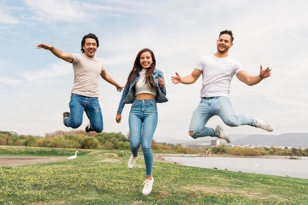 Szczęśliwi przyjaciele skaczący