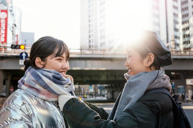Szczęśliwi przyjaciele spędzają razem czas na świeżym powietrzu