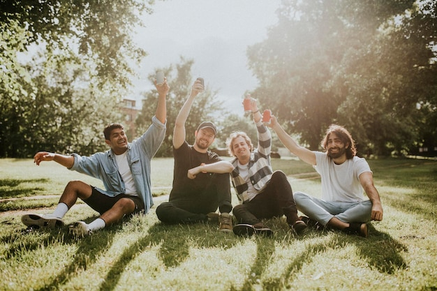 Szczęśliwi przyjaciele spędzający czas, nastrojowa fotografia w ogrodzie