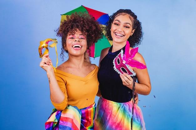 Szczęśliwi przyjaciele ubrani na karnawałowe przyjęcie