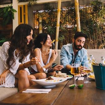 Szczęśliwi przyjaciele w restauracji