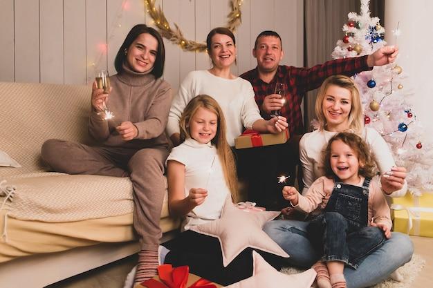 Szczęśliwi przyjaciele z dziećmi obchodzą boże narodzenie