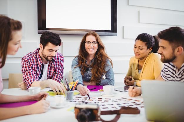 Szczęśliwi redaktorzy w spotkaniu w biurze kreatywnym