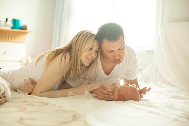 Szczęśliwi rodzice i noworodek.