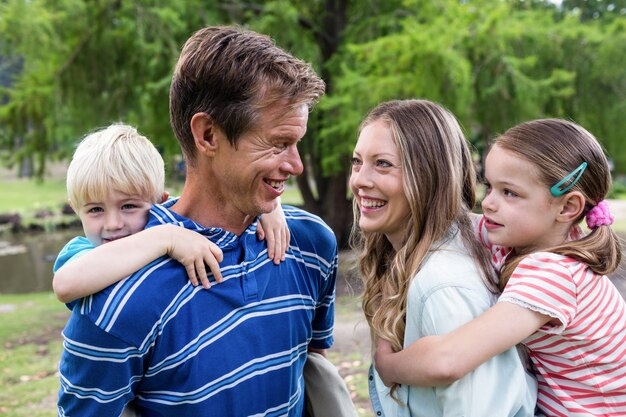 Szczęśliwi rodzice oddają dzieciom świnkę