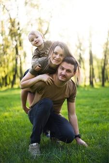 Szczęśliwi rodzice z dzieckiem w naturze