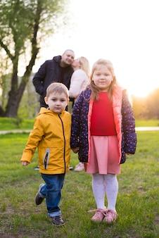 Szczęśliwi rodzice z dziećmi w przyrodzie