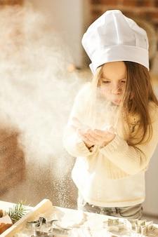 Szczęśliwi rodzinni śmieszni dzieciaki przygotowywają ciasto
